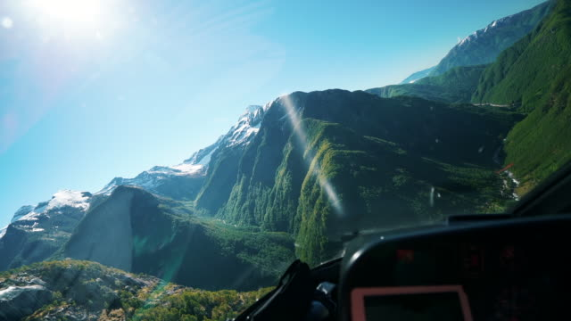 blick aus helikopter-cockpit über berge bei sonnenaufgang - cockpit stock-videos und b-roll-filmmaterial