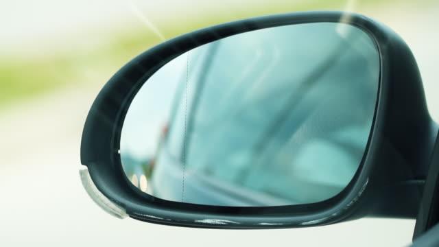 田舎道の車のドライブとしてバックミラーを見る - 未舗装点の映像素材/bロール