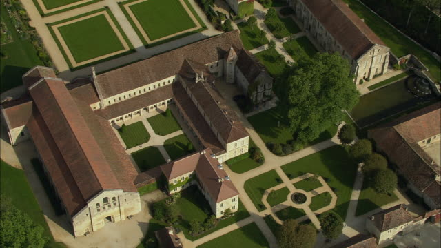 stockvideo's en b-roll-footage met aerial oh ws view over abbey of fontenay grounds / montbard, burgundy, france - tuinpad