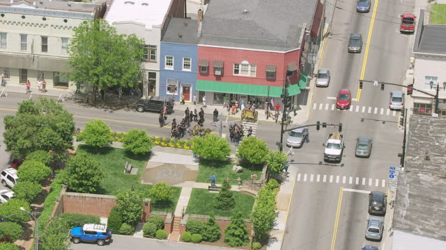 vidéos et rushes de ws zo aerial view over actors in street during lewisburg reenactment and town / fayetteville, west virginia, united states - armée des états confédérés