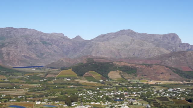 ws pan ha view over berg river valley / franschhoek, western cape, south africa - franschhoek stock videos and b-roll footage
