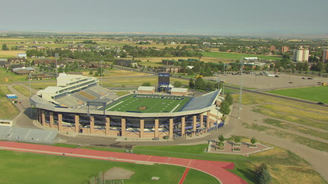 vidéos et rushes de ws aerial td zi view over bobcat stadium and bobcats labeled end zone on field at montana state university / bozeman, montana, united states - bozeman
