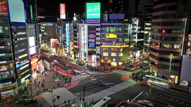 ws t/l ha view over busy intersection with colorful neon's in shibuya / tokyo, japan - 横断する点の映像素材/bロール