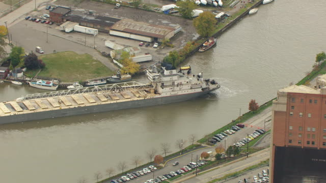 ms zo aerial view over calumet bulk carrier in cuyahoga river to surrounding industrial area / cleveland, ohio, united states - fiume cuyahoga video stock e b–roll