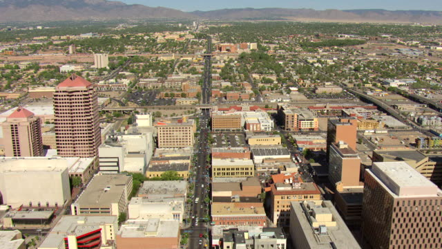 vidéos et rushes de ws aerial view over central ave route 66 buildings in city / albuquerque, new mexico, united states - route 66
