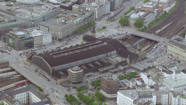 ws aerial pan view over central station in city / hamburg, germany - bahnhof stock-videos und b-roll-filmmaterial