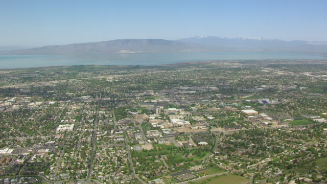 vídeos de stock e filmes b-roll de ws aerial view over city and lake / provo, utah, united states - provo