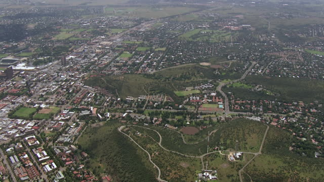 ws aerial view over city / bloemfontein, free state, south africa - bloem plant stock videos & royalty-free footage