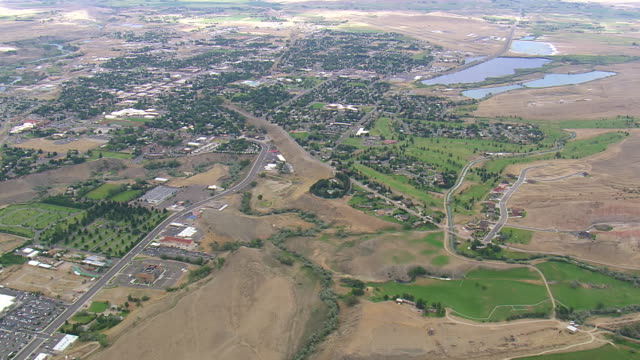 vidéos et rushes de ws aerial view over city near buffalo bill dam on shoshone river / wyoming, united states - wyoming