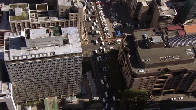 vídeos de stock e filmes b-roll de ws aerial ds view over city of johannesburg / south africa - joanesburgo