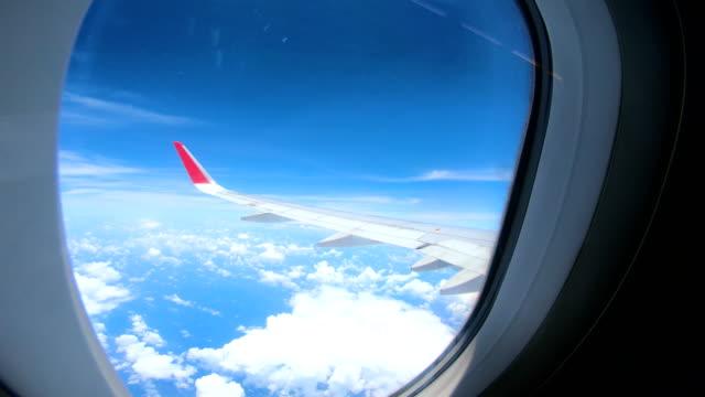 blick über den wolken aus einem flugzeug - luftfahrzeug stock-videos und b-roll-filmmaterial