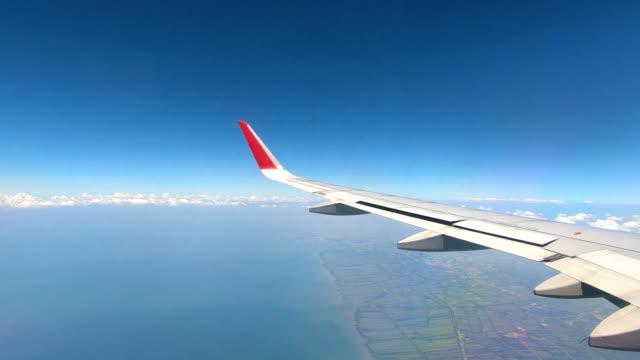 vidéos et rushes de vue sur les nuages d'un avion - hublot