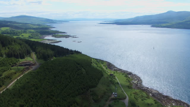 vídeos de stock e filmes b-roll de ws aerial view over coast of morvern and sound of mull on west coast / isle or island of mull, argyll and bute, scotland - ilha mull