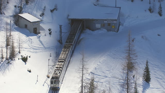 vídeos de stock, filmes e b-roll de ws aerial zi view over cog wheel railway / zugspitze, bavaria, germany - montanha zugspitze