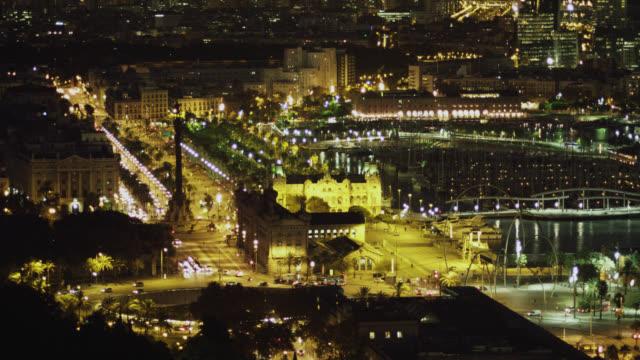 vídeos de stock e filmes b-roll de ws ha view over columbus statue port at night / barcelona, catalunya, spain - porto de barcelona