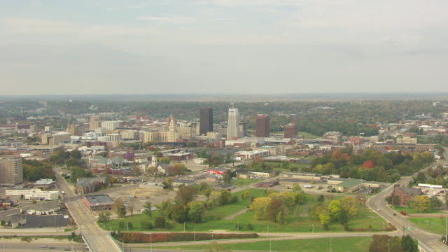 stockvideo's en b-roll-footage met ws aerial view over downtown buildings / akron, ohio, united states - ohio