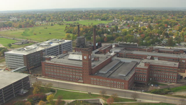 stockvideo's en b-roll-footage met ws aerial view over goodyear factory building / akron, ohio, united states - ohio