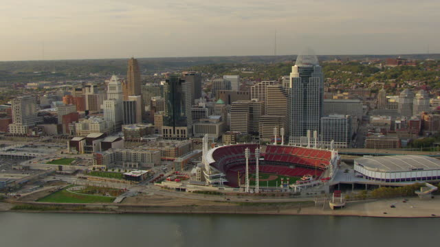 vidéos et rushes de ws ds zi aerial view over great american ballpark with downtown buildings and ohio river / cincinnati, ohio, united states - rivière ohio