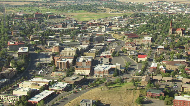 vidéos et rushes de ws aerial zo view over guardian of gulch and town of helena / helena, montana, united states - montana