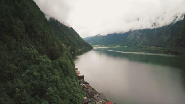 ハルシュタットの村と湖の景色ハルシュタット、オーストリア - アッパーオーストリア点の映像素材/bロール