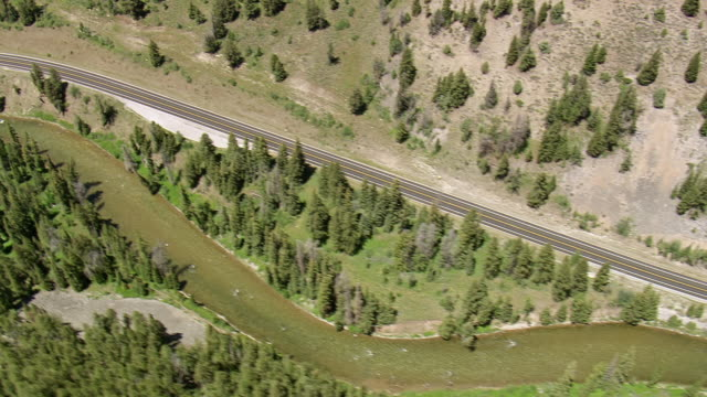 vidéos et rushes de ws aerial ts view over highway besides snake river at hoback / wyoming, united states - wyoming
