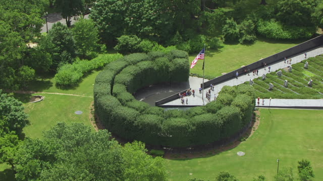 ws zo aerial pov view over korean war veterans memorial / washington dc, united states - 戦争記念碑点の映像素材/bロール