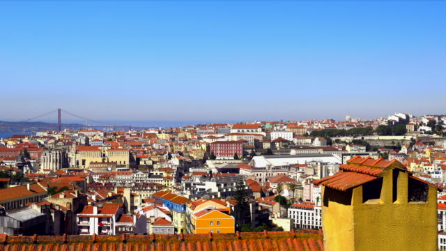 view over lisbon city with 25 de abril bridge in the background. - 4月25日橋点の映像素材/bロール