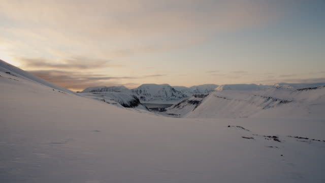 view over longyearbreen glacier, svalbard - arcipelago video stock e b–roll