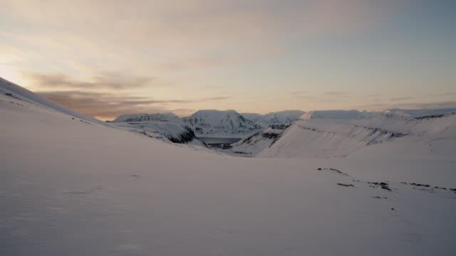 stockvideo's en b-roll-footage met uitzicht over longyearbyen van longyearbreen gletsjer, svalbard - arctis