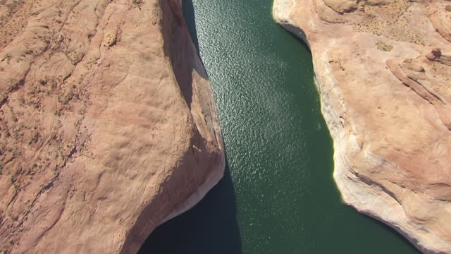 ms aerial tu view over moqui canyon in glen canyon national recreation area and horizon / utah, united states - 砂岩点の映像素材/bロール
