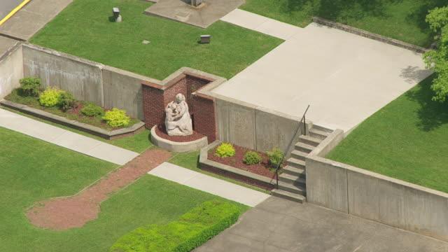 stockvideo's en b-roll-footage met ms zo aerial view over mother statue at andrews methodist episcopal church in taylor county / west virginia, united states - vrouwelijke gestalte