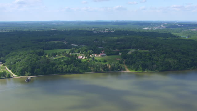 ws aerial pov view over mount vernon and gardeners house with potomac river in foreground / fairfax county, virginia, united states - バージニア州マウントヴァーノン点の映像素材/bロール