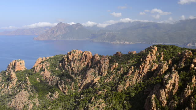ws view over mountains of calanche of piana to sea, unesco world heritage site / porto, corsica, france - ピアナ点の映像素材/bロール