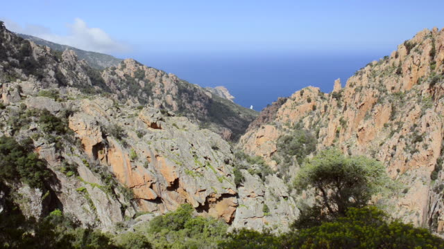 ws ha view over mountains of calanche of piana to sea, unesco world heritage site / porto, corsica, france - ピアナ点の映像素材/bロール