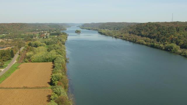 vidéos et rushes de ws aerial view over ohio river in washington county / ohio, united states - rivière ohio