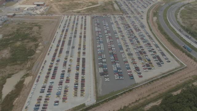 vídeos y material grabado en eventos de stock de ver sobre el vídeo de stock de outdoor parking lots - panorámica