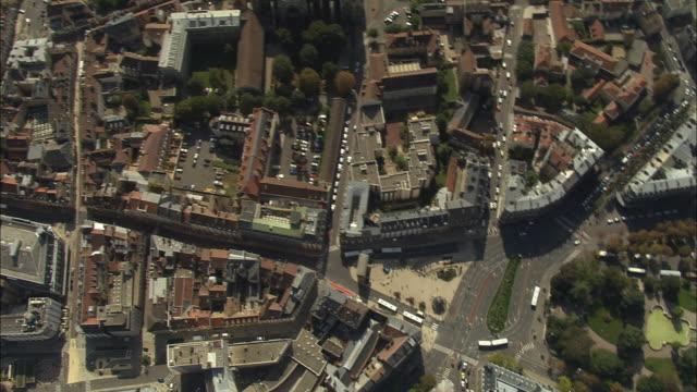 vídeos de stock e filmes b-roll de aerial oh ws pan view over palais des ducs and cityscape / dijon, france - rasto de movimento