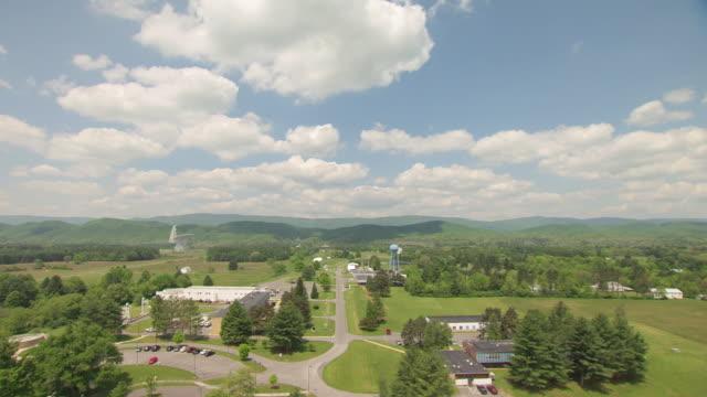 vídeos y material grabado en eventos de stock de ws ts aerial view over parking lot and smaller telescopes in pocahontas county / green bank, west virginia, united states - carretera de campo
