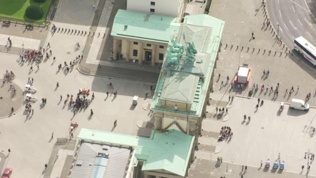 stockvideo's en b-roll-footage met ws aerial ds zi view over people gathering near brandenburg gate / berlin, germany - brandenburgse poort