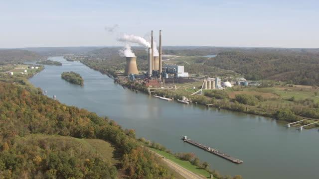 vídeos y material grabado en eventos de stock de ws aerial view over pleasants power station on ohio river / belmont, west virginia, united states - río ohio