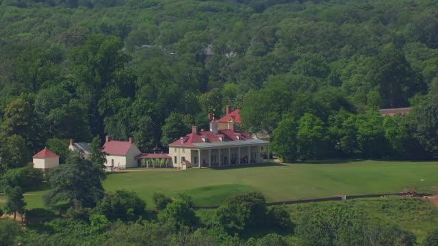 ws zo aerial pov view over potomac river and mount vernon / fairfax county, virginia, united states - バージニア州マウントヴァーノン点の映像素材/bロール