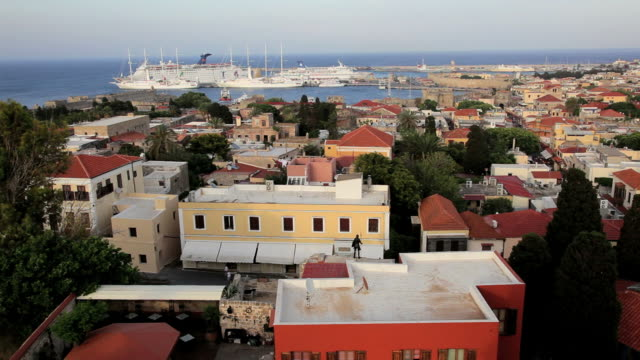 view over rhodes town, cruise ships and harbourâ with the towns traditional homes and bright colours, aegean sea, greece, europe - insel rhodos inselgruppe dodekanes stock-videos und b-roll-filmmaterial
