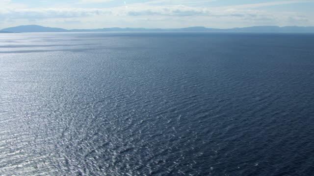 vídeos de stock e filmes b-roll de ws aerial tu view over sea surface / isle or island of mull, argyll and bute, scotland - ilha mull