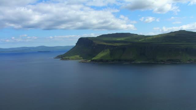 vídeos y material grabado en eventos de stock de ws aerial view over sea towards cliffs made of old lava flows / isle or island of mull, argyll and bute, scotland - isla de mull