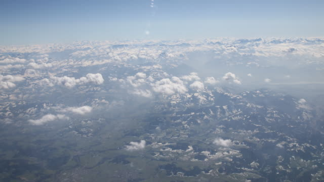 vidéos et rushes de view over the alps from one of the few airplanes that were allowed to ascend due to the corona pandemic in zurich on that day many cancelled flights... - vue globale