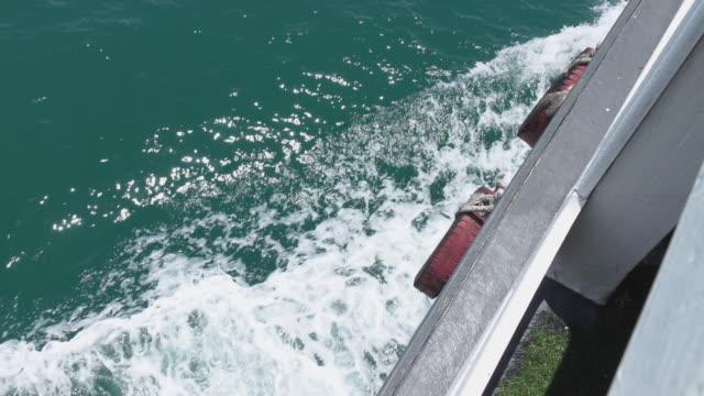 vidéos et rushes de 4k: vue sur le côté d'un bateau - vue latérale