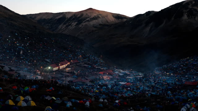 vídeos de stock e filmes b-roll de view over the site during the annual qoyllur rit'i festival on may 28, 2018 in ocongate, peru. every year, since 1783 in the sinakara valley at the... - 18 19 years