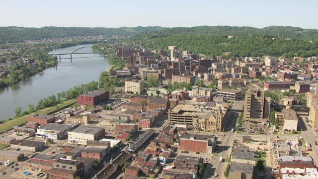vídeos y material grabado en eventos de stock de ws aerial view over town and ohio river in ohio county / wheeling, west virginia, united states - río ohio