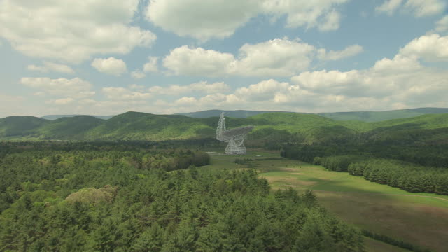 ws ts aerial view over trees to reveal green bank telescope in pocahontas county / green bank, west virginia, united states - bank stock-videos und b-roll-filmmaterial