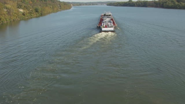 vidéos et rushes de ws tu aerial view over tug boat moving in ohio river in washington county / ohio, united states - rivière ohio